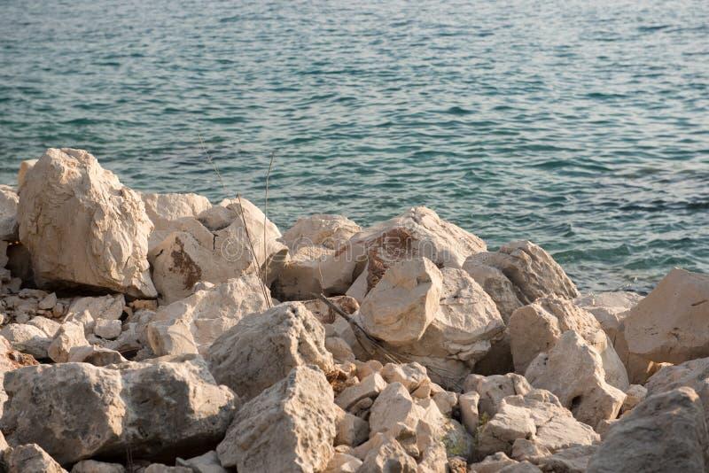 linia brzegowa rocky Ostrze kamienie, skały z wodą morską w tle zdjęcia stock
