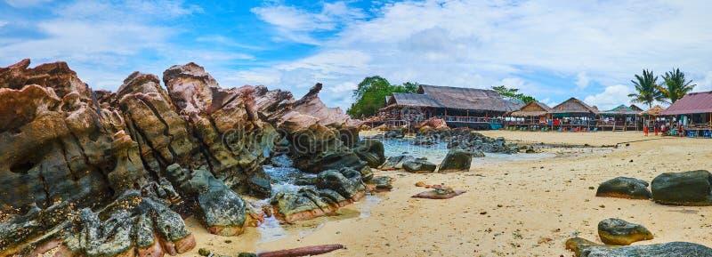 Linia brzegowa skały i piasek, Khai Nai wyspa, Phuket, Tajlandia zdjęcia stock