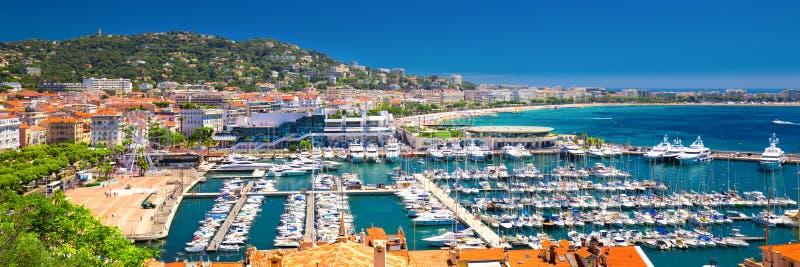 Linia brzegowa widok na francuskim Riviera z jachtami w Cannes, Francja obraz stock