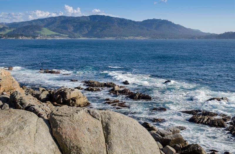 Linia brzegowa wzdłuż 17 mil przejażdżki w otoczak plaży Monterey półwysep california Ampuł fale przychodzi skały zdjęcia stock