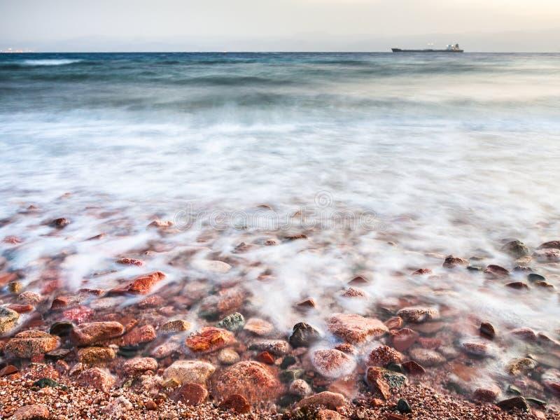 Linia brzegowa zatoka Aqaba na Czerwonym morzu w wieczór obraz stock