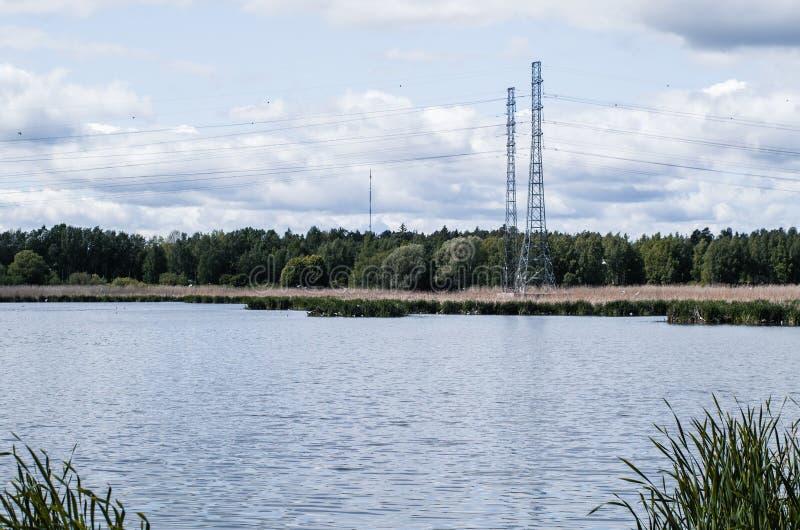 Linia energetyczna blisko jeziora fotografia royalty free