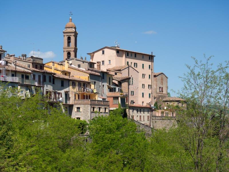 Linia horyzontu średniowieczna wioska Sassocorvaro, Włochy zdjęcia stock