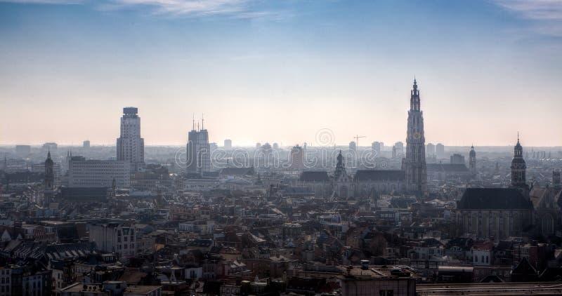 Linia horyzontu Antwerp, Belgia, w mgle obraz royalty free