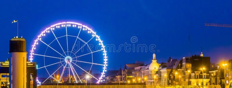 Linia horyzontu Antwerp miasto z ferris kołem zaświecał przy nocą, Antwerpen, Belgia obrazy stock