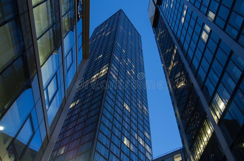 Linia horyzontu biznesowi budynki w Frankfurt przy zmierzchem zdjęcie royalty free