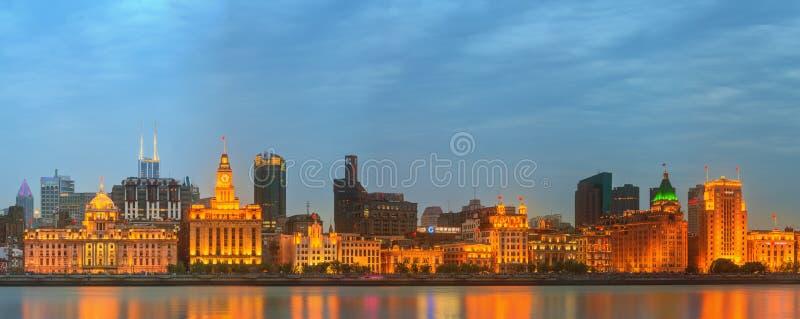 Linia horyzontu Bund, marvellous dziejowi budynki i Huangpu rzeka na zmierzchu, Szanghaj, Chiny zdjęcie royalty free
