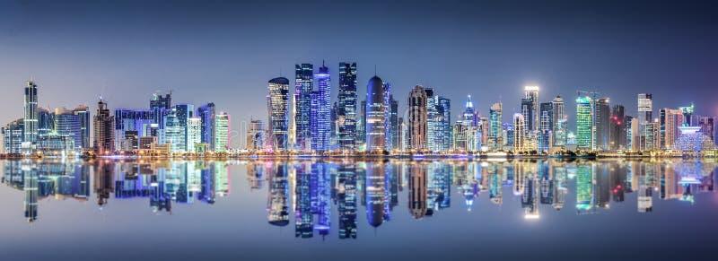 Linia horyzontu Doha, Katar, przy nocą obraz stock