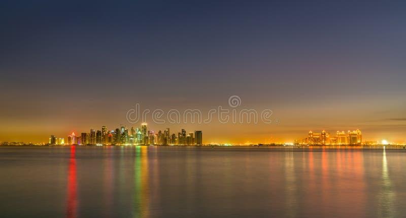 Linia horyzontu Doha przy nocą Kapitał Katar zdjęcia royalty free