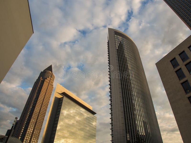 Linia horyzontu dynamiczni biznesowi budynki w Frankfurt, Niemcy zdjęcia stock