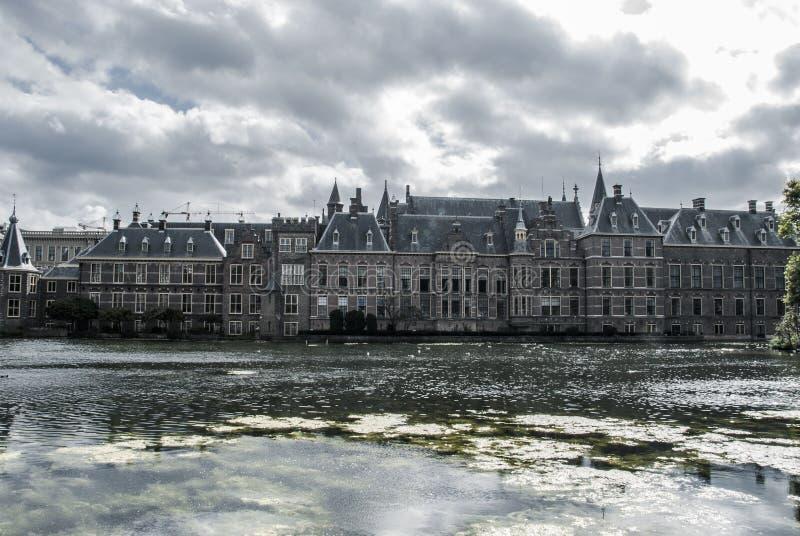 Linia horyzontu Haga z nowożytnymi budynkami biurowymi za Mauritshuis muzeum i Binnenhof parlamentu budynkiem obok fotografia royalty free