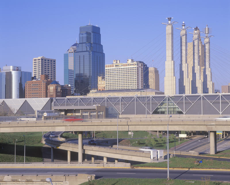 Linia horyzontu Kansas City, Missouri z Międzystanowi 10 zdjęcia stock