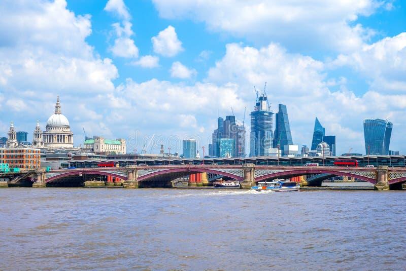 Linia horyzontu London miasto rzecznym Thames obraz stock
