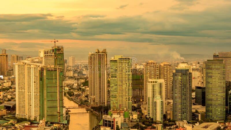 Linia horyzontu Manila przy półmrokiem zdjęcia stock
