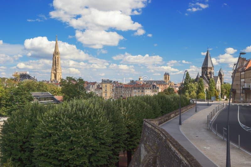 Linia horyzontu Metz z Garnizonowym kościół i Świątynnym Neuf obraz royalty free