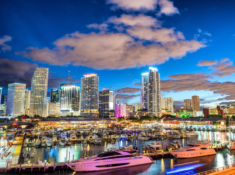 Linia horyzontu Miami przy zmierzchem, Floryda obrazy stock