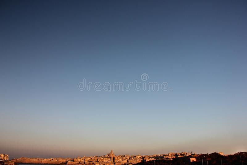 Linia horyzontu na Valletta uroczystym schronieniu w wczesnym poranku zdjęcia royalty free
