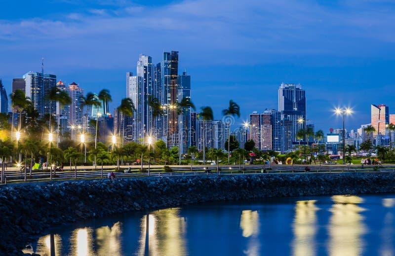 Linia horyzontu Panamski miasto przy błękitną godziną zdjęcie stock