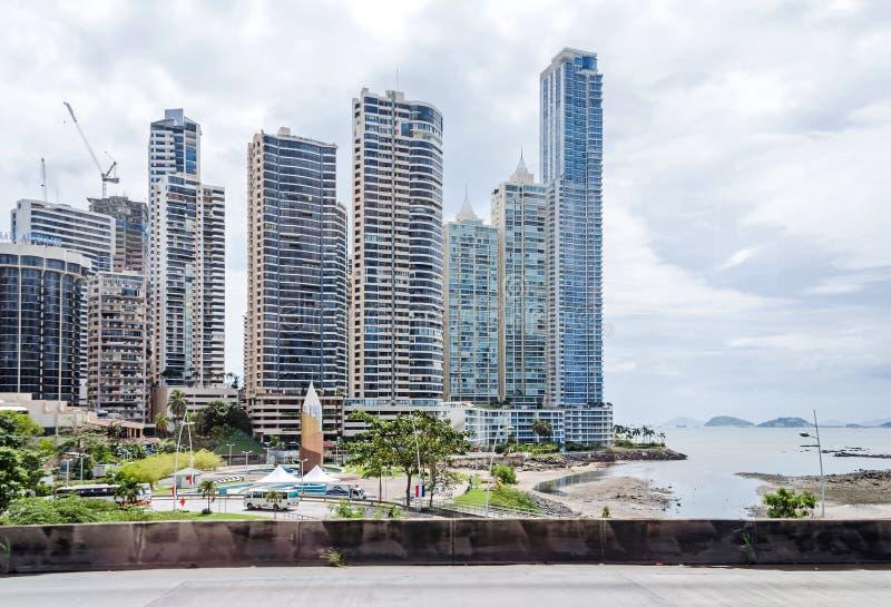 Linia horyzontu Panamski miasto przy Punta Paitilla na chmurnym dniu zdjęcia stock