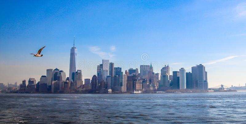 Linia horyzontu panoramiczny widok w centrum Miasto Nowy Jork z widokiem mostów i Wschodniej rzeki Brooklyn i Manhattan obrazy stock