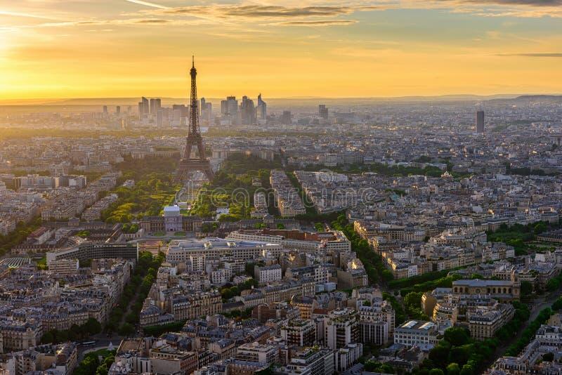 Linia horyzontu Paryż z wieżą eifla przy zmierzchem w Paryż zdjęcia royalty free