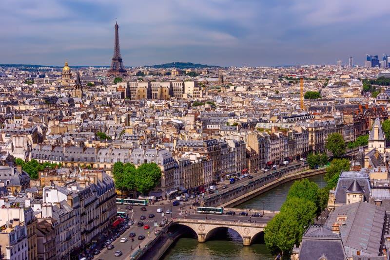 Linia horyzontu Paryż z wieży eifla i wontonu rzeką w Paryż zdjęcia stock