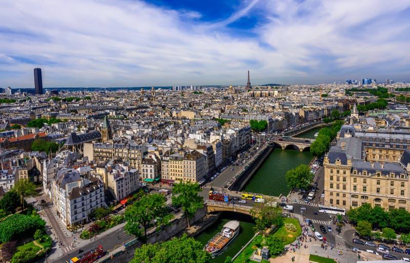 Linia horyzontu Paryż z wieży eifla i wontonu rzeką w Paryż zdjęcie royalty free