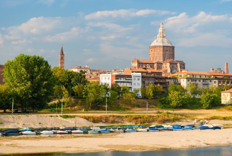 Linia horyzontu Pavia z dużą kopułą katedra fotografia stock