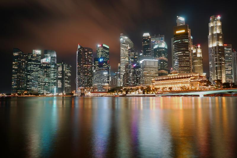 Linia horyzontu przy nocą w Singapur Biznesowy W centrum Azja zdjęcia stock