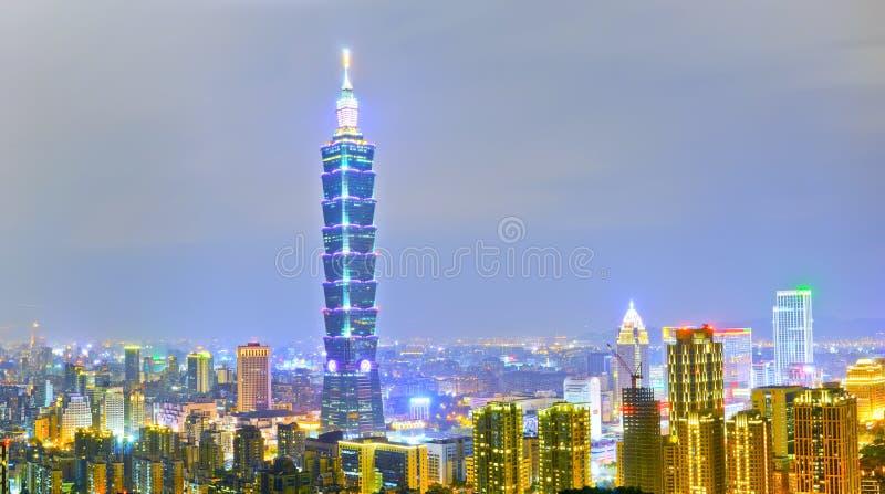 Linia horyzontu przy nocą w Taipei, Tajwan obrazy stock