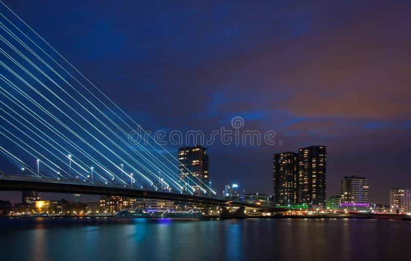 Linia horyzontu Rotterdam przy nocą zdjęcia stock