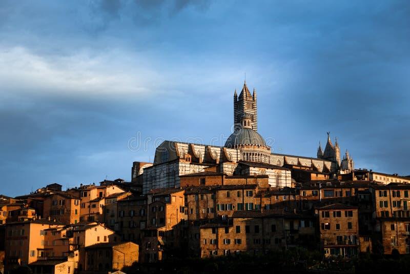 Linia horyzontu Siena przy zmierzchem zdjęcie stock