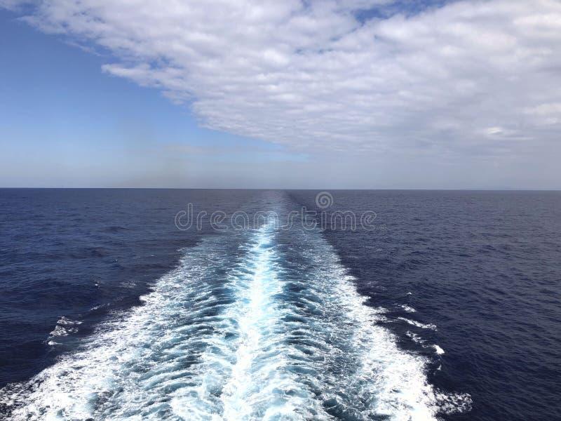 Linia horyzontu w Andriatic błękitnym morzu i niebo z białymi chmurami Spojrzenie przy horyzontem w otwartym morzu od poruszające fotografia royalty free