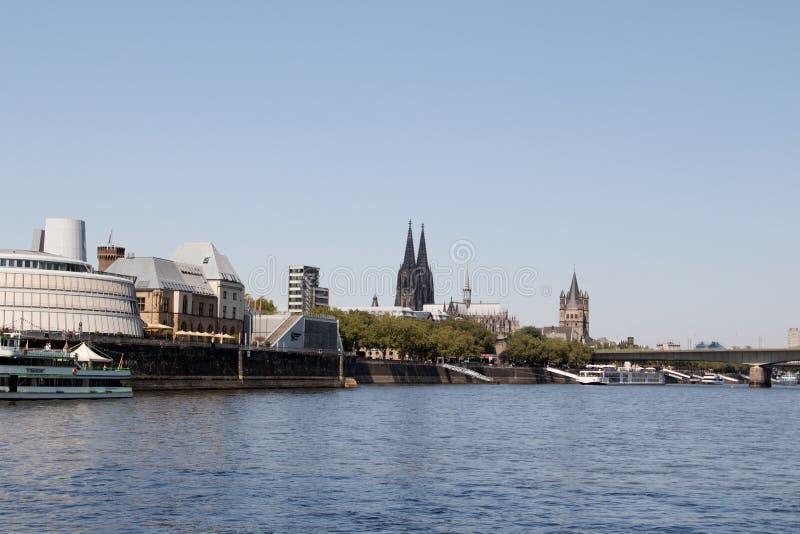 Linia horyzontu z katedrą i niektóre drapaczem chmur przy Rhine rzeką w cologne Germany zdjęcie stock