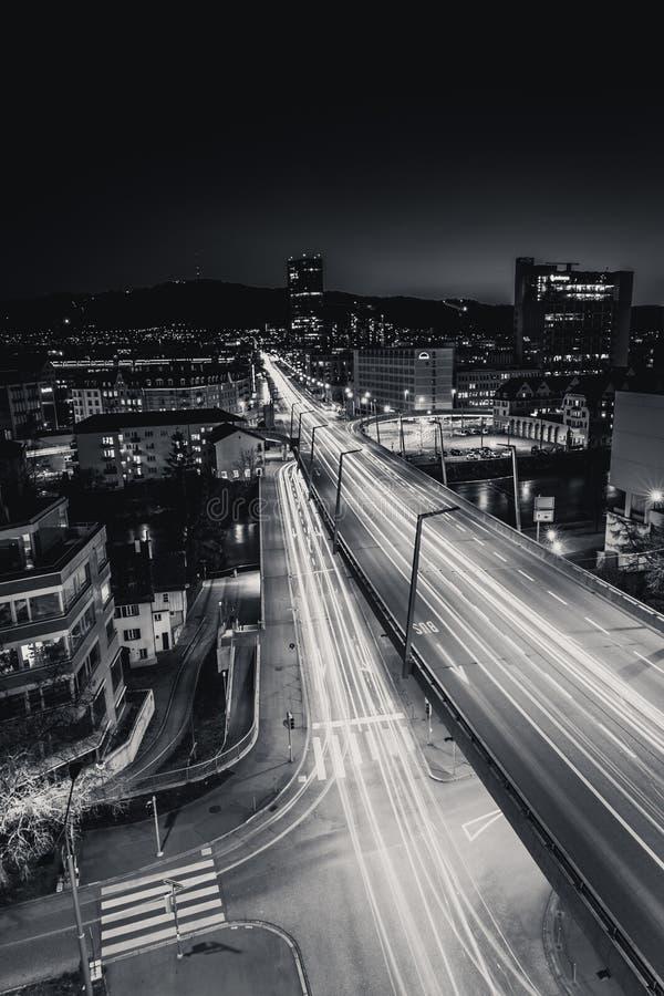 Linia horyzontu Zurich nocą z pierwszorzędnym basztowym budynkiem obrazy royalty free