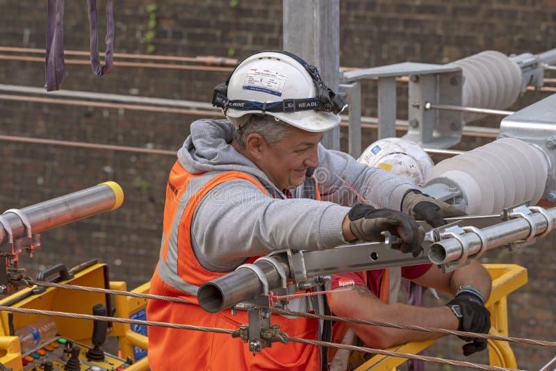 Linia kolejowa elektryczny pracownik obraz royalty free