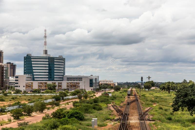 Linia kolejowa i wartko rozwija środkowa dzielnica biznesu, Gabor zdjęcia stock