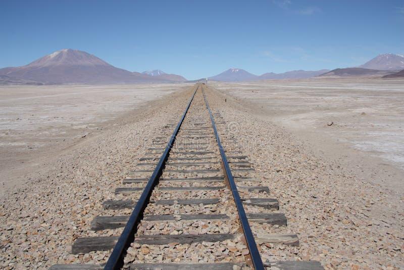 Linia kolejowa nigdzie w kamiennej pustyni zdjęcia royalty free