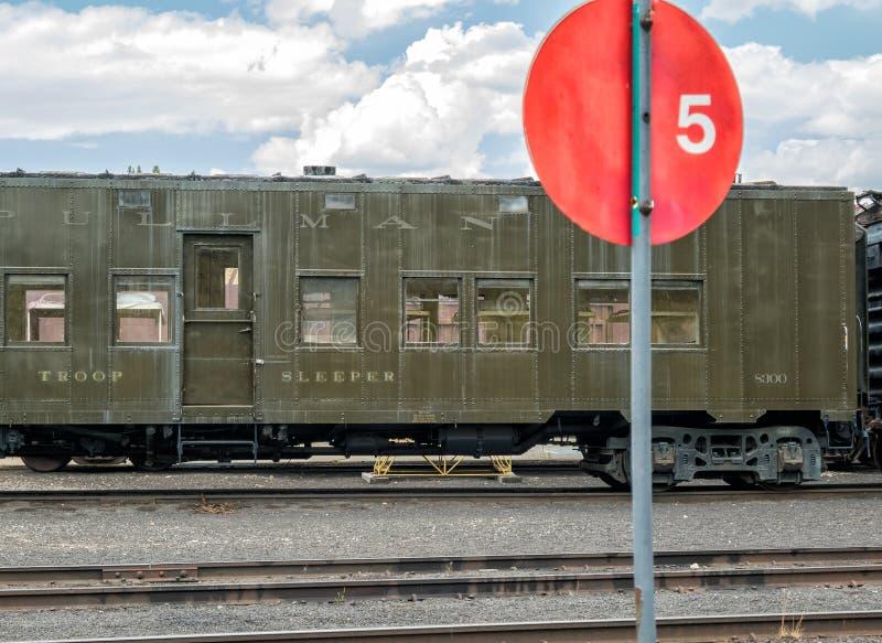 Linia kolejowa oddziału wojskowego transportu samochód fotografia royalty free
