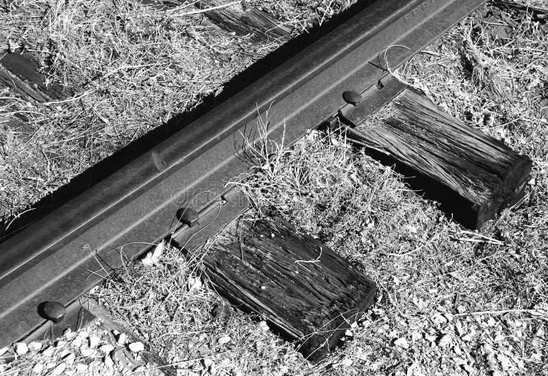 Linia kolejowa pociągu ślada poręcz, krawaty i gwoździe, zdjęcia royalty free