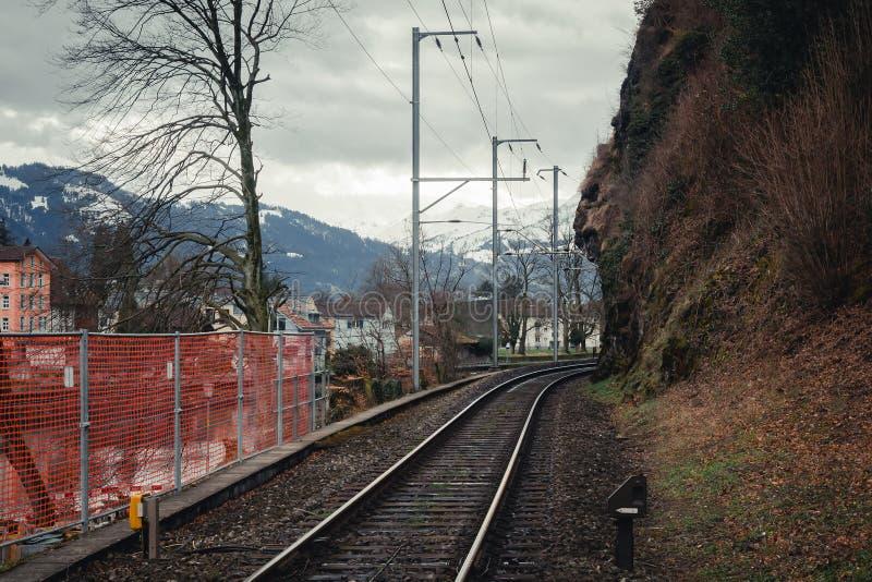 Linia kolejowa przy stacją kolejową zdjęcia stock
