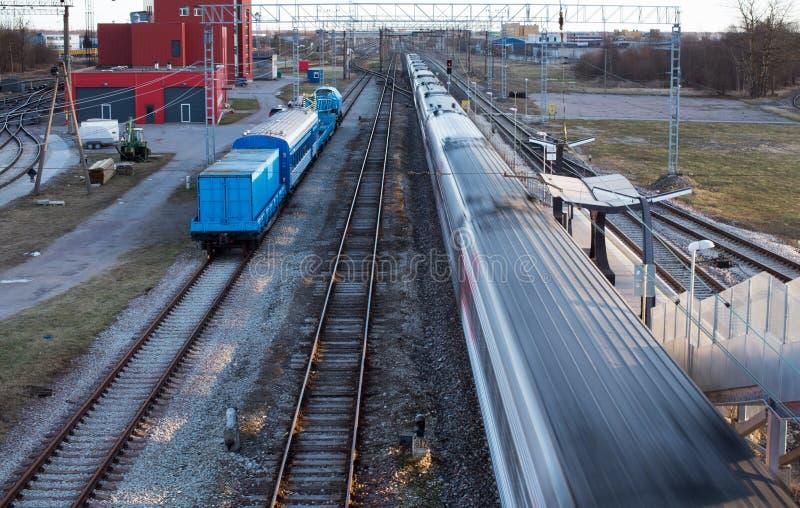 Linia kolejowa transport - pociąg w ruchu obrazy stock