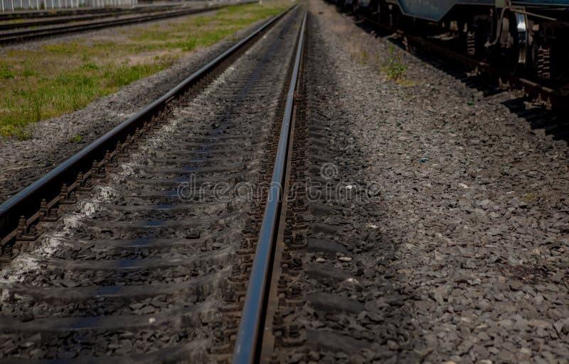 Linia kolejowa w ruchu przy zmierzchem Stacja kolejowa z ruch plamy skutkiem przeciw kolorowemu niebieskiemu niebu, Przemysłowy p zdjęcie royalty free