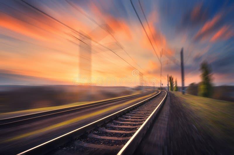 Linia kolejowa w ruchu przy zmierzchem Zamazana stacja kolejowa obraz stock