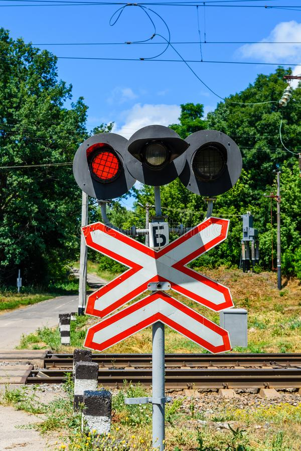Linia kolejowa znaka i mruganie semafor przed akademiami królewskimi skrzyżowanie obraz royalty free