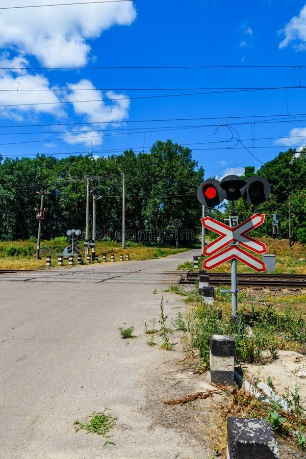 Linia kolejowa znaka i mruganie semafor przed akademiami królewskimi skrzyżowanie fotografia royalty free