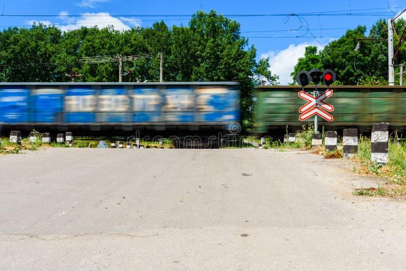 Linia kolejowa znaka i mruganie semafor przed linii kolejowej skrzyżowaniem skrzyżowanie Zamazany ruch pociąg zdjęcie royalty free