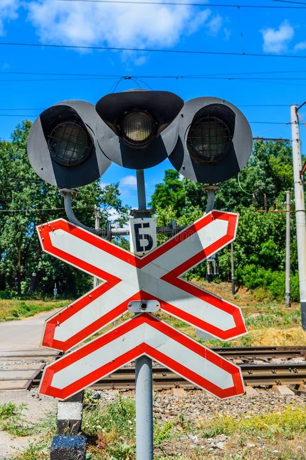Linia kolejowa znaka i semafor przed linii kolejowej skrzyżowaniem skrzyżowanie zdjęcie stock