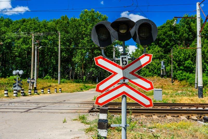 Linia kolejowa znaka i semafor przed linii kolejowej skrzyżowaniem skrzyżowanie obraz royalty free