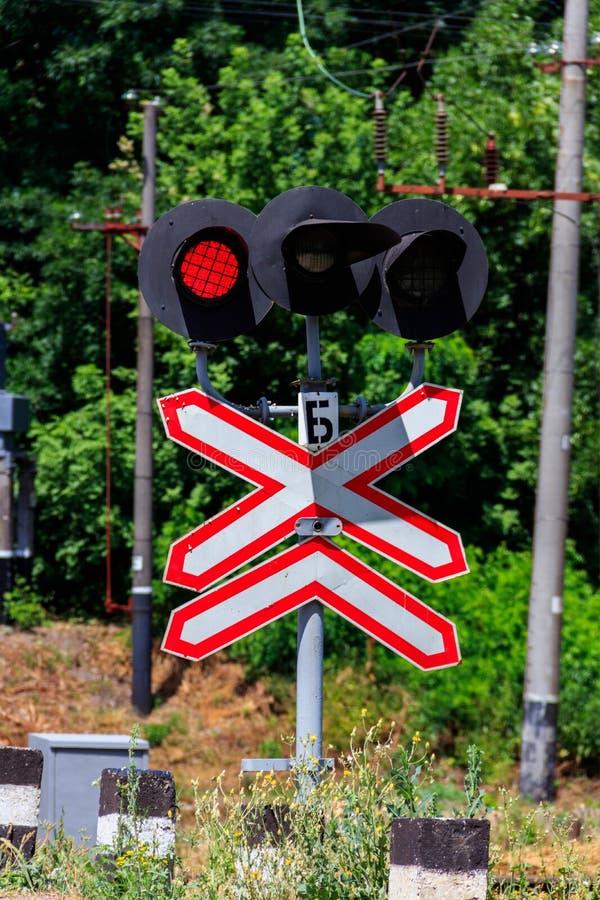 Linia kolejowa znaka z mrugań czerwonymi światłami semafor skrzyżowanie obraz stock